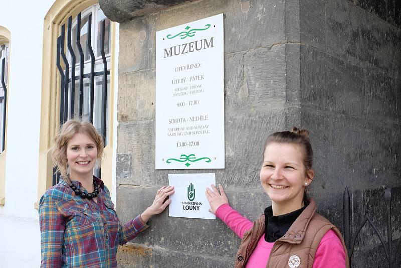Veronika Kučerová (vlevo) a Jana Mourková připravují Semínkovnu v prostorách Oblastního muzea v Lounech.