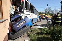 Vážná dopravní nehoda autobusu se stala ve středu kolem třetí hodiny odpoledne v obci Velemyšleves na Žatecku.Autobusu přijíždějícímu do obce od Žatce zřejmě selhaly brzdy a v dolní části obce se snažil odbočit do leva.