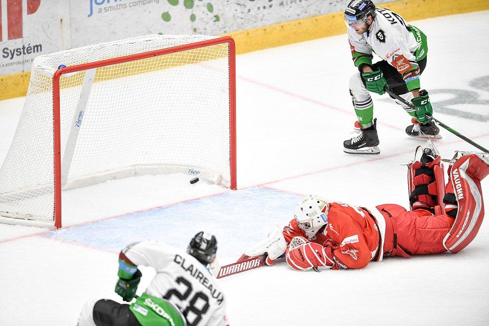 Utkání 1. kola hokejové extraligy: HC Olomouc - BK Mladá Boleslav, 10. září 2021 v Olomouci. (zleva)  Jan Lukáš z Olomouce a Valentin Claireaux z Mladé Boleslavi.