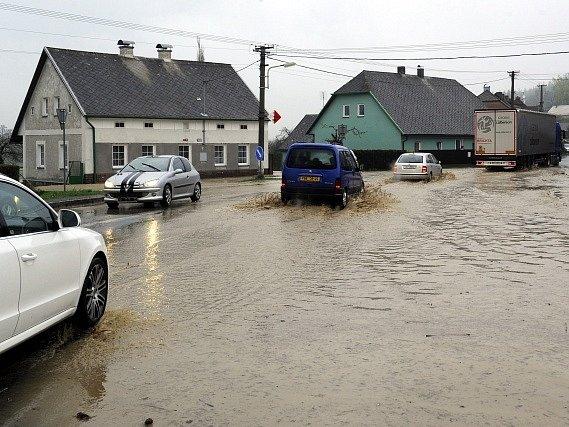 Prudký déšť způsobil 27. dubna lokální záplavu v Bohutíně na Příbramsku.