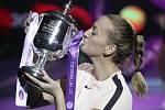 Petra Kvitová s trofejí pro vítězku turnaje v Petrohradu.