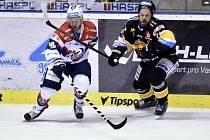 Pardubice vs. Litvínov: Dmitrij Monja (vlevo) a Michal Trávníček