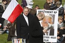 Ve Varšavě se v sobotu v poledne opět rozezněly sirény a zvony kostelů a zahájily smuteční obřad za 96 lidí, kteří před týdnem zahynuli při letecké katastrofě u západoruského Smolenska.