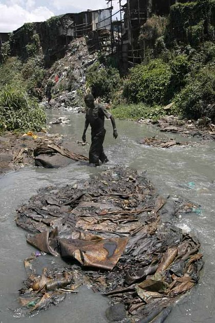 Kvůli špatné vodě umírá na světě každých 20 vteřin jedno dítě. Ilustrační snímek je z Nairobi.