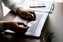 Při nakupování v e-shopech plaťte kartou nebo na dobírku a používejte dvojí ověření platební transakce.