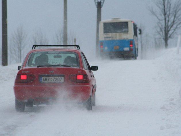 Na silnicích je ujetá vrstva sněhu a tvoří se sněhové jazyky, varují silničáři.