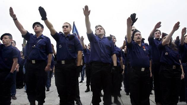 Příznivci fašistického diktátora Franka se typického pozdravu nezdávají ani v 21. století.