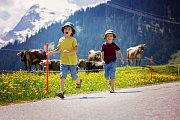 Cizinci namítají, že výchova dětí stojí ve Švýcarsko hodně peněz.