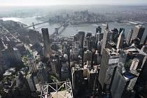 Výhled na Manhattan a Brooklynské mosty ze 105. patra Světového obchodního centra v New Yorku.