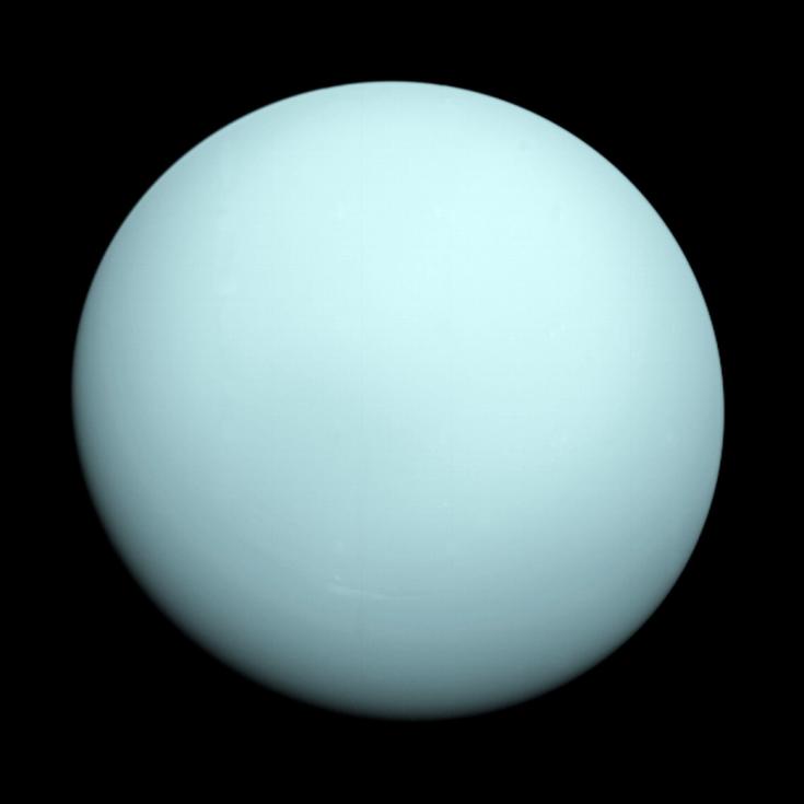 Tento snímek planety Uran pořídila sonda Voyager 2 dne 14. ledna 1986. Modře zakalené zbarvení planety způsobuje metan v její atmosféře, který absorbuje červené vlnové délky světla.