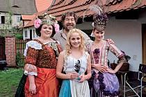 Režisér Zdeněk Troška a představitelky tří sester: Lucie Polišenská, Anastasia Chocholatá a Šárka Vaculíková