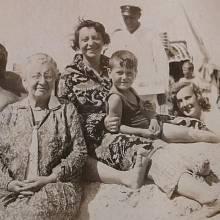 Rodiče Františka Lederera s babičkou a bratrem u moře