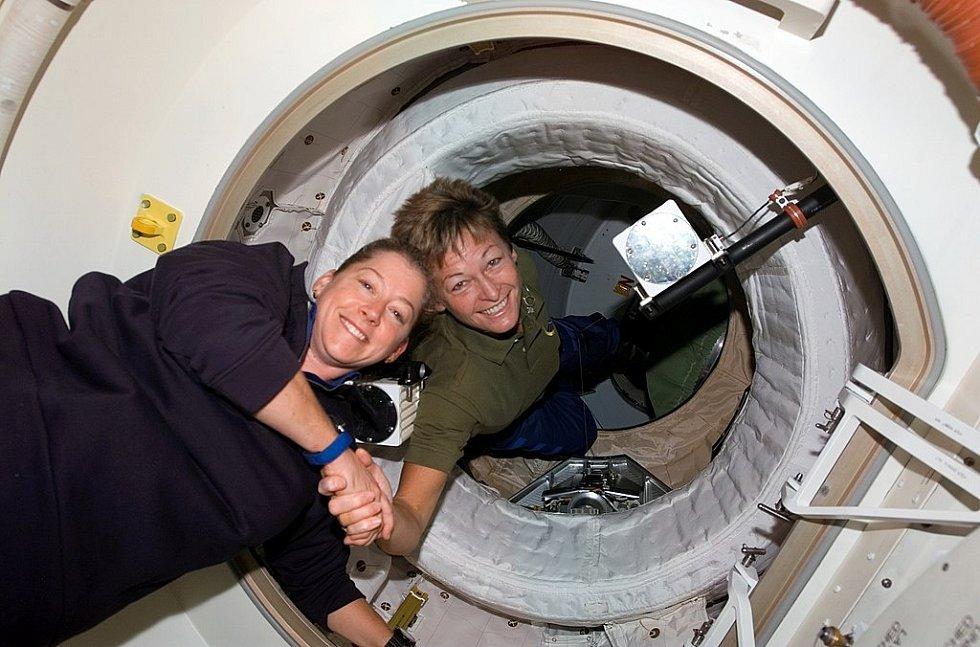Dvě velitelky. Peggy Whitsonová se stala historicky první ženskou velitelkou Mezinárodní vesmírné stanice. Na snímku předává velení Pam Melroyové.