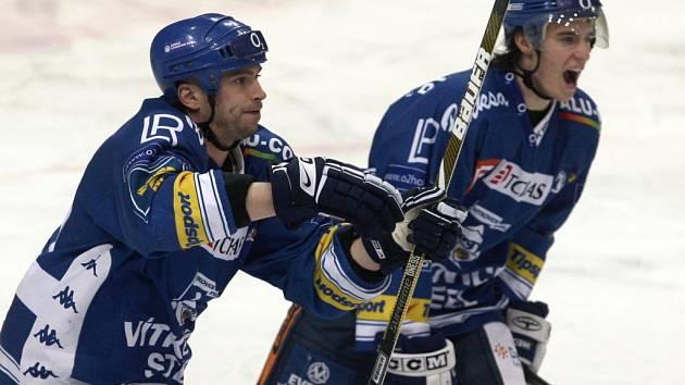 Roman Šimíček (vlevo) a Petr Strapáč se radují z vítězství.