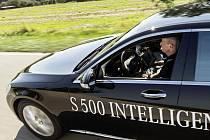 Mercedes vybavený systémem Inteligent Drive urazil bez zásahu řidiče 100 kilometrů.