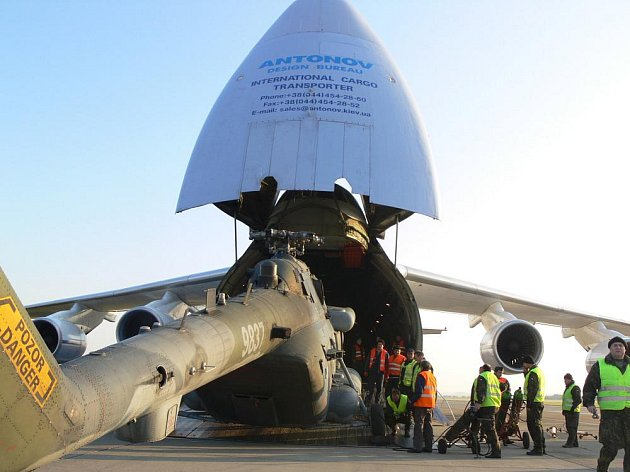 Obrovský letoun Antonov Ruslan přistál v Bochoři, přepravil tři vrtulníky.