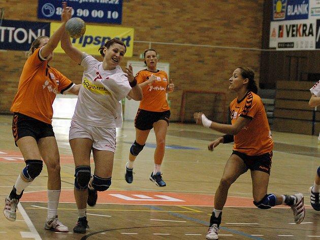 Jana Simerská (v bílém) v akci v přípravném zápase s Nizozemskem.