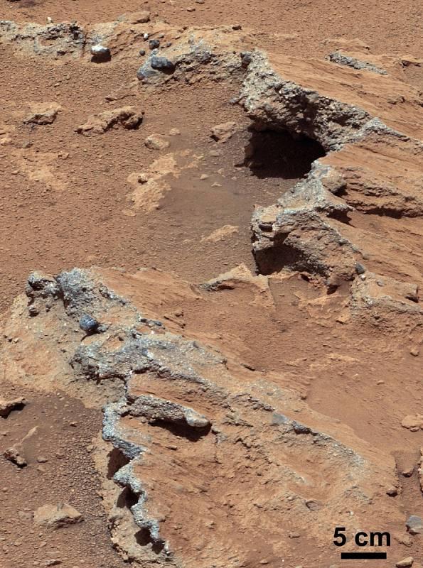V těchto místech údajně kdysi byla tekoucí voda. Odhalila to sonda Curiosity.