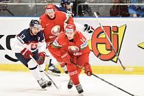 Tomáš Jurčo ze Slovenska (vlevo) proti Bělorusku.