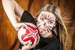 Mostecká devatenáctiletá házenkářka Veronika Šípová během týmového focení