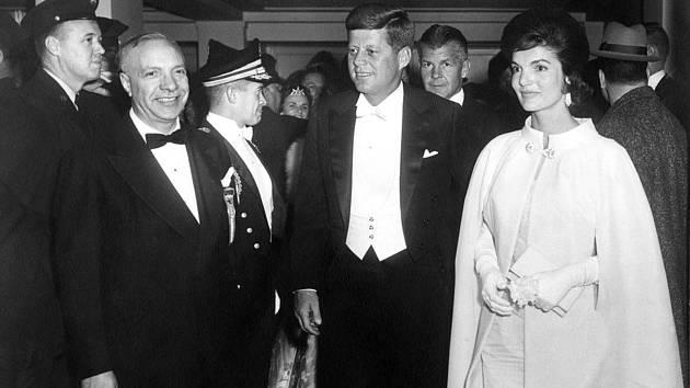 1961, John F. Kennedy. Mladý prezident s krásnou mladou ženou a jejich příchod na tradiční prezidentský ples