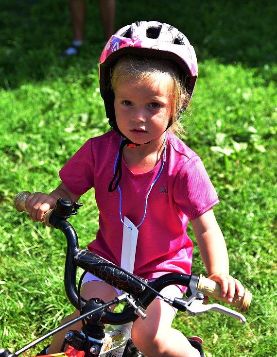 Dítě s přilbou na kole