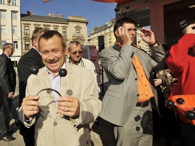 Sociální demokraté zahájili 17. září v Olomouci oficiální provoz volebního stánku v centru města a představili finální fázi kampaně strany před krajskými volbami. Jako recesi si na hlavu nasadili plastová tykadla, jimiž reagovali na ta domalovaná.