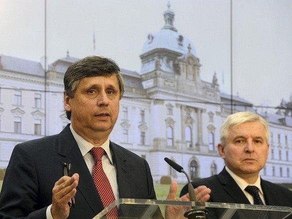 Ministr financí Jan Fischer (vlevo) a premiér Jiří Rusnok.