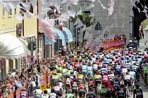 Hlavní peloton při třinácté etapě letošního Gira.