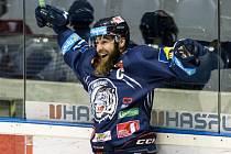 Jan Výtisk z Liberce se raduje z gólu proti Pardubicím.
