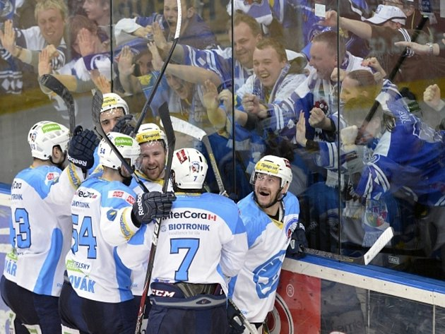 Hokejisté Plzně se radují z výhry proti Slavii. Vítězný gól vstřelil v poslední minutě duelu Tomáš Vlasák (vpravo).