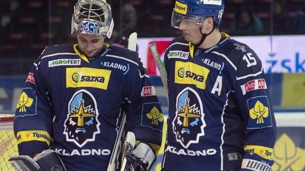 Zklamaní hokejisté Kladna Lukáš Cikánek (vlevo) a Tomáš Kaberle po výprasku od Sparty..