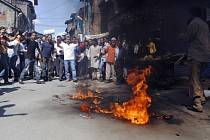 Protestující v Kašmíru pálí americkou vlajku