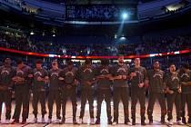 Basketbalisté Toronta upozornili při hymnách na rasismus.