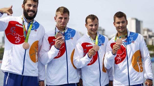Čtyřkajak (zleva) Josef Dostál, Lukáš Trefil, Daniel havel a Jan Štěrba s bronzovými medailemi z olympijských her v Riu.