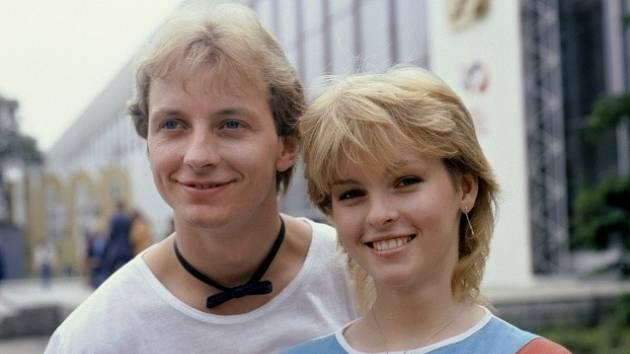 Iveta Bartošová na snímku z června 1985 se zpěvákem Petrem Sepéšim.