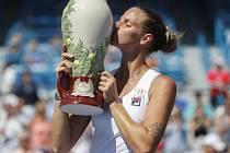 Karolína Plíšková s trofejí pro vítězku turnaje v Cincinnati.