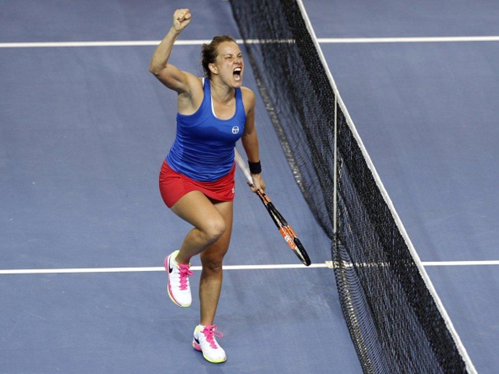 Barbora Strýcová se raduje z vítězství nad Alizé Cornetovou z Francie ve finále Fed Cupu.