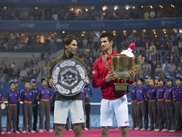 Novak Djokovič (vpravo) porazil ve finále turnaje v Pekingu Rafaela Nadala.