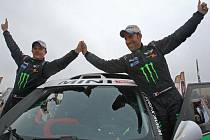 Stéphane Peterhansel (vpravo) vyhrál Rallye Dakar 2012 a triumfoval tak podesáté.