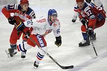 Ivan Rachůnek (v bílém) se snaží prosadit mezi ruskými hokejisty na Švédských hrách.