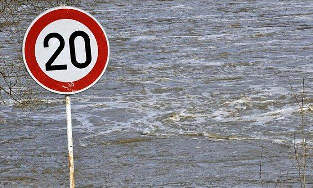 Tající sníh a srážky v pondělí na mnoha místech Česka výrazně zvedly hladiny řek. Nejvážnější situace byla v Podhradí u Znojma, kde na řece Dyji odpoledne asi hodinu platil třetí stupeň povodňové aktivity.