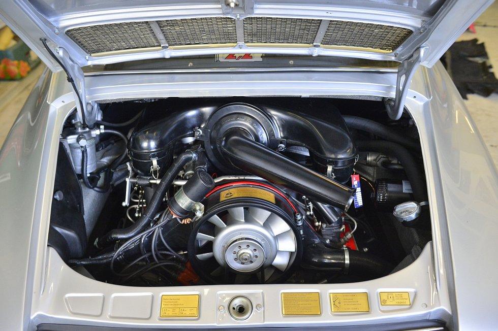 Důkladné renovace cenných autoveteránů jsou náročnější než stavby replik.