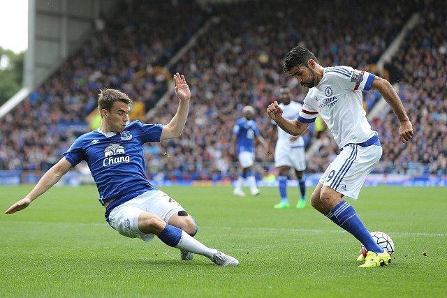 Everton porazil Chelsea. Na snímku Seamus Coleman (vlevo) a Diego Costa