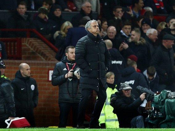 Trenér United José Mourinho během zápasu s West Hamem.
