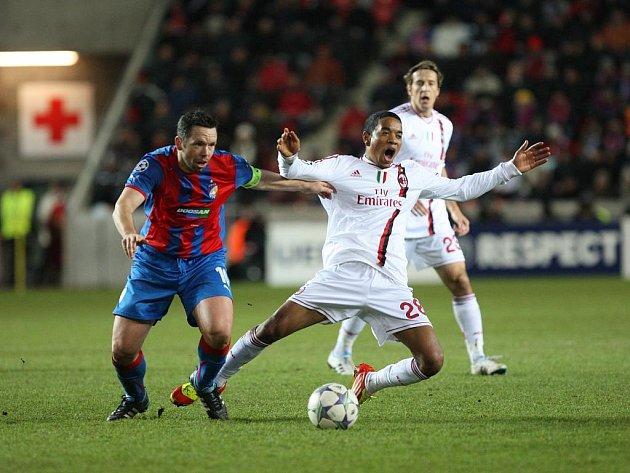 Pavel Horváth z Plzně (vlevo) proti AC Milán.