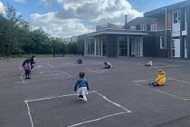 Fotografie hrajících dětí ve Francii, kterou na svém twitteru zveřejnil novinář Lionel Top.