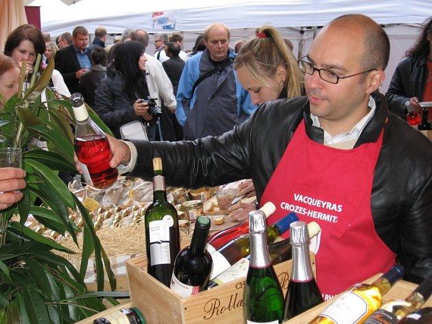 Třetí ročník Francouzského aperitivu, celosvětového festivalu francouzského art de vivre – umění žit, se až do neděle koná na Ovocném trhu v Praze 1. Ochutnat lze francouzskou kuchyni, kulinářské speciality a vína.