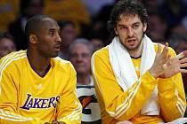 I hvězdní Kobe Bryant (vlevo) s Pauem Gasolem měli na lavičce Lakers o čem mluvit.