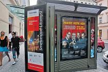 Granty na ulici. Jeden z kontroverzních plakátů se objevil i na kiosku v Opletalově ulici.